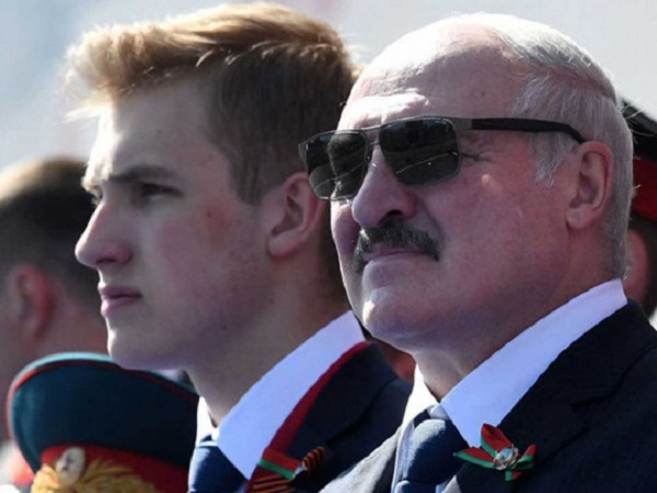 "Спасал ""бацьку"" от протестов? 15-летний сын Лукашенко Коля сопровождал отца с пистолетом"